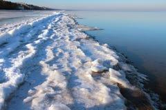 里加湾海岸在冬天早晨 Jurmala,拉脱维亚 免版税库存图片