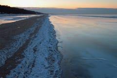 里加湾海岸在冬天晚上 Jurmala,拉脱维亚 库存照片