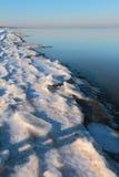 里加湾海岸线在冬天早晨 Jurmala,拉脱维亚 免版税库存照片