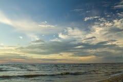 里加湾 在海滨的日落 免版税库存图片