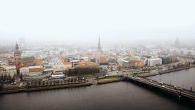 里加老镇、繁忙的汽车通行和道加瓦河河美好的空中都市风景全景在雾下在冷的秋天天 股票视频