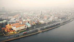 里加老镇和汽车通行令人惊讶的空中都市风景全景沿河道加瓦河在雾下在多云秋天天 股票视频