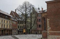 里加老镇街道的传统中世纪房子  冬天和雪 免版税库存图片