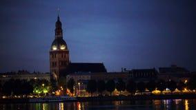 里加,拉脱维亚,钉牢里加Domsky大教堂 城市风景通过在日落期间的河道加瓦河 影视素材