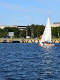 里加,拉脱维亚, 2015年7月15日, 乘快艇类训练为竞争的Platu 25 免版税库存照片
