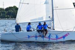 里加,拉脱维亚, 2015年7月15日, 乘快艇类训练为竞争的Platu 25 库存图片