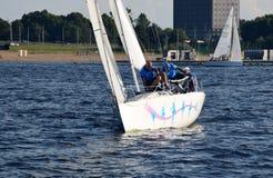 里加,拉脱维亚, 2015年7月15日, 乘快艇类训练为竞争的Platu 25 库存照片