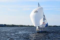 里加,拉脱维亚, 2015年7月15日, 乘快艇类训练为竞争的Platu 25 图库摄影