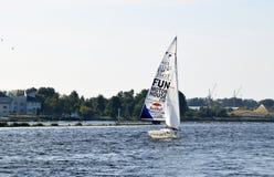 里加,拉脱维亚, 2015年7月15日, 乘快艇类训练为竞争的Platu 25 免版税库存图片