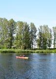 里加,拉脱维亚, 2015年7月15日, 在里加附近结合划皮船在河道加瓦河,租用从Rigas laivas的独木舟 免版税库存照片