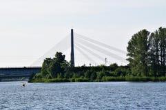 里加,拉脱维亚, 2015年7月15日, 在里加附近结合划皮船在河道加瓦河,租用从Rigas laivas的独木舟 库存图片