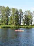 里加,拉脱维亚, 2015年7月15日, 在里加附近结合划皮船在河道加瓦河,租用从Rigas laivas的独木舟 库存照片