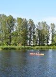 里加,拉脱维亚, 2015年7月15日, 在里加附近结合划皮船在河道加瓦河,租用从Rigas laivas的独木舟 免版税库存图片
