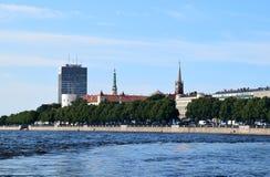 里加,拉脱维亚, 2015年7月15日, 老里加市看法有古老教会和大教堂的 免版税库存照片