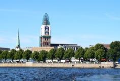 里加,拉脱维亚, 2015年7月15日, 老里加市看法有圆顶大教堂的它的恢复时间的 库存图片