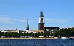 里加,拉脱维亚, 2015年7月15日, 老里加市看法有圆顶大教堂的它的恢复时间的 库存照片