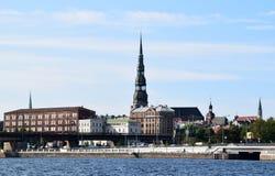 里加,拉脱维亚, 2015年7月15日, 老里加市看法有圣皮特圣徒・彼得教会的 库存图片