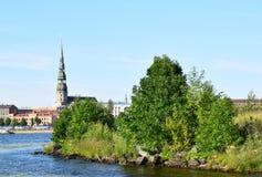里加,拉脱维亚, 2015年7月15日, 老里加市看法有圣皮特圣徒・彼得教会的 库存照片