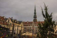 里加,拉脱维亚:圣皮特圣徒・彼得教会是其中一个标志和其中一里加的主要视域  库存图片