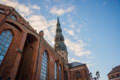 里加,拉脱维亚:圣皮特圣徒・彼得教会是其中一个标志和其中一里加的主要视域  库存照片