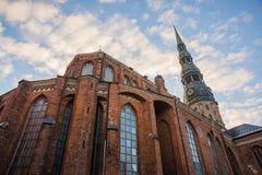 里加,拉脱维亚:圣皮特圣徒・彼得教会是其中一个标志和其中一里加的主要视域  免版税库存照片