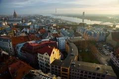 里加,拉脱维亚:城市的美好的顶视图有老房子的有红色屋顶和教会的 免版税图库摄影
