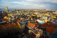 里加,拉脱维亚:城市的顶视图有老房子的有起重机屋顶的 免版税库存图片