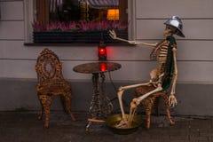 里加,拉脱维亚:消防员的骨骼作为装饰的在咖啡馆,室外 免版税库存图片