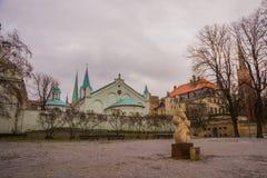 里加,拉脱维亚:都市风景 老城市的走的中世纪街道在里加,拉脱维亚的中心 观点的我们的哀痛教会的夫人 库存图片
