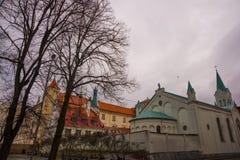 里加,拉脱维亚:都市风景 老城市的走的中世纪街道在里加,拉脱维亚的中心 观点的我们的哀痛教会的夫人 免版税库存图片