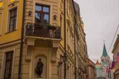 里加,拉脱维亚:都市风景 老城市的走的中世纪街道在里加,拉脱维亚的中心 观点的我们的哀痛教会的夫人 图库摄影