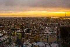 里加,拉脱维亚:里加看法从观察台的 城市的美好的顶视图日落的 免版税库存图片