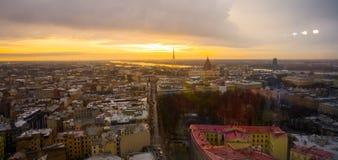 里加,拉脱维亚:里加看法从观察台的 城市的美好的顶视图日落的 库存图片