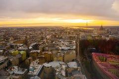 里加,拉脱维亚:里加看法从观察台的 城市的美好的顶视图日落的 库存照片