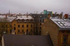 里加,拉脱维亚:里加看法从观察台的 城市的顶视图在秋天在多云天气 免版税图库摄影