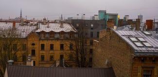 里加,拉脱维亚:里加看法从观察台的 城市的顶视图在秋天在多云天气 免版税库存图片