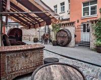 里加,拉脱维亚- 2017年7月:中世纪咖啡馆客栈桶和葡萄酒胸口与中世纪旗子和标准 库存图片