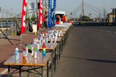 里加,拉脱维亚- 2019年5月19日:为马拉松运动员准备的茶点在空的路旁边 免版税库存照片