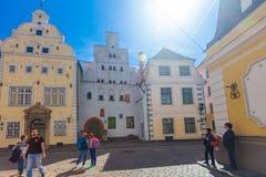 里加,拉脱维亚- 2017年5月06日:位于城市分在色的舒适老房子的看法和游人 库存图片