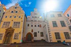 里加,拉脱维亚- 2017年5月06日:位于城市分在色的舒适老房子的看法和游人 免版税图库摄影