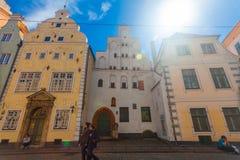 里加,拉脱维亚- 2017年5月06日:位于城市分在色的舒适老房子的看法和游人 免版税库存图片