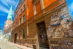 里加,拉脱维亚- 2017年5月06日:位于市中心o在色的舒适老房子的看法和教会 图库摄影