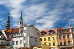 里加,拉脱维亚- 2017年5月06日:位于里加的市中心在老房子的看法和高耸 免版税库存照片