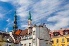 里加,拉脱维亚- 2017年5月06日:位于里加的市中心在老房子的看法和高耸 库存图片