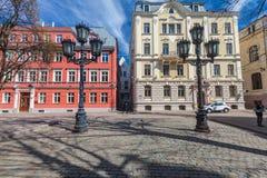 里加,拉脱维亚- 2017年5月06日:位于里加的市中心在色的舒适老房子的看法和街灯 免版税库存照片