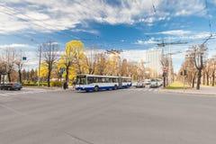 里加,拉脱维亚- 2017年5月06日:在交叉路的看法有公共交通工具的和汽车和行人交叉路或者行人穿越道w 库存图片