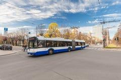 里加,拉脱维亚- 2017年5月06日:在交叉路的看法有公共交通工具的和汽车和行人交叉路或者行人穿越道w 免版税库存图片