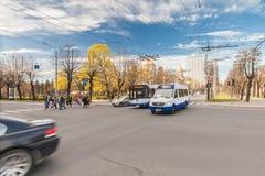 里加,拉脱维亚- 2017年5月06日:在交叉路的看法有公共交通工具的和汽车和行人交叉路或者行人穿越道w 免版税图库摄影