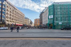 里加,拉脱维亚- 2017年5月06日:在位于城市的宽行人交叉路或行人穿越道的看法有步行者的 免版税库存图片