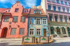 里加,拉脱维亚- 2017年5月06日:在位于市中心的色的舒适老房子的看法,教会 免版税库存图片